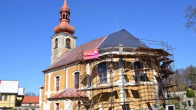 Kostel Nejsvětější Trojice vJindřichovicích pod Smrkem.