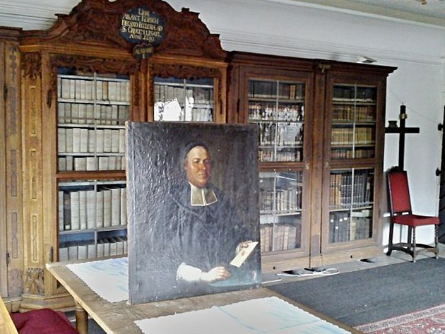 OBRAZ děkana Kopsche před barokní knihovnou.
