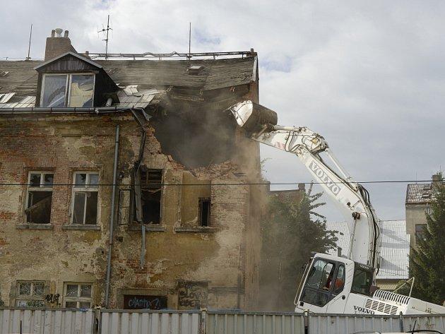 Dům na rohu ulic U Stoky a Na Příkopě na Papírovém náměstí pomalu mizí.