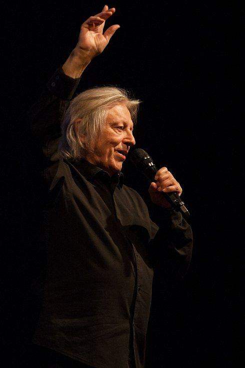 Václav Neckář (na snímku) vystoupil 2. října v Liberci v rámci Svátku seniorů, který připravil Liberecký kraj k Mezinárodnímu dni seniorů.