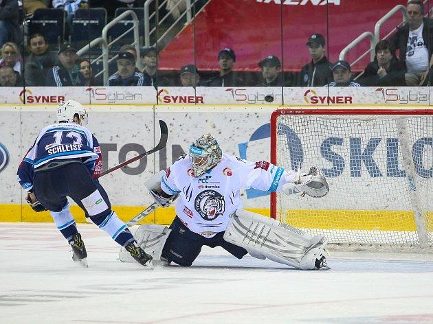 Pátý zápas čtvrtfinále play-off Tipsport extraligy ledního hokeje se odehrál 22. března 2017 v liberecké Home Credit areně. Utkaly se celky Bílí Tygři Liberec a HC Škoda Plzeň. Na snímku zleva Jan Schleiss a Ján Lašák.
