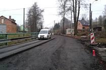 OPRAVA páteřní silnice Vítkovem stojí 97 milionů Kč. Práce na ní probíhají už od jara. Podle chrastavské radnice je ale na stavbě málo dělníků a rekonstrukce se tak vleče. Zhotoviteli hrozí penále.