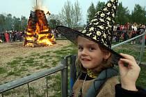 ČTYŘMETROVOU VATRU sledovaly i malé čarodějky.