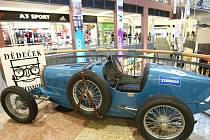 ýstava autoveteránů ke stému výročí automobilky Laurin a Klement. V libereckém OC Forum jsou k vidění různé typy vozů této značky.