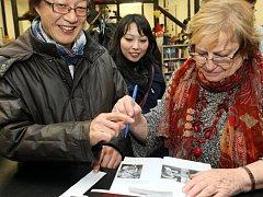 VĚRA ČÁSLAVSKÁ zavítala ve čtvrtek do Jablonce nad Nisou a Liberce, aby společně se spisovatelem Pavlem Kosatíkem pohovořila o své biografii, gymnastice a životě vůbec.