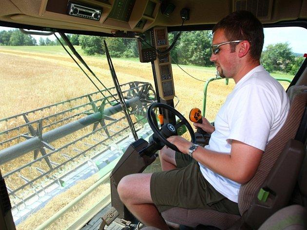 JEČMEN BUDE DOMA. Zemědělci zfarmy Agro Bílá sklízejí na svých polích ozimý ječmen. Vpříštích týdnech je čeká ještě pšenice, žito a řepka.