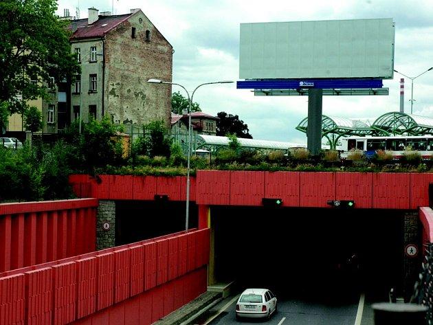POUTAČ. Nad vjezdem do Libereckého tunelu směrem od Chrastavy do Prahy vyrostl přes víkend nový monument města. Kraj chce jeho odstranění.