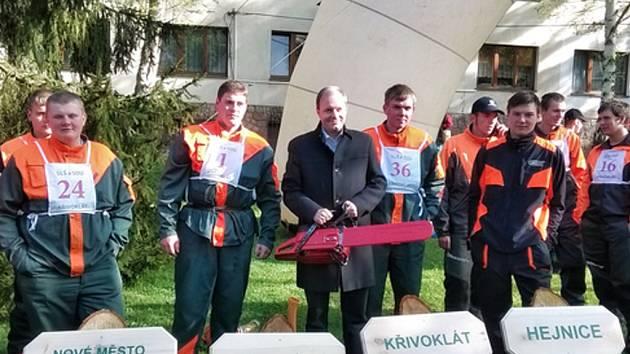 BUDOUCÍ LESNÍCI z Česka i ze zahraničí se utkali na desátém Mistrovství ČR v práci s motorovou pilou.