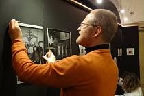 ŠIMON PIKOUS při instalaci výstavy.
