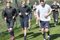 Bílí Tygři zahájili přípravu na novou sezonu. Hokejisté začali trénink rozběháním a poté si to rozdali ve fotbale.