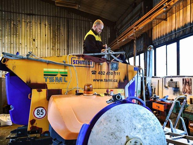 PRACOVNÍK TECHNICKÝCH SLUŽEB města Liberec připravuje techniku k zimní údržbě. TSML mají k dispozici 13 velkých sypačů a 8 malých.