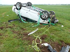 NOVÁ ŠKODA RAPID při unikátním crash testu po odhození vrtulníkem skončila na střeše.