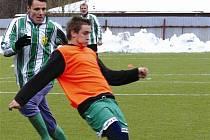 NÁVRAT. Zbyněk Rampáček (vzadu) se vrátil do Nového Boru, kde působil řadu sezón, ale jako hráč Vratislavic.