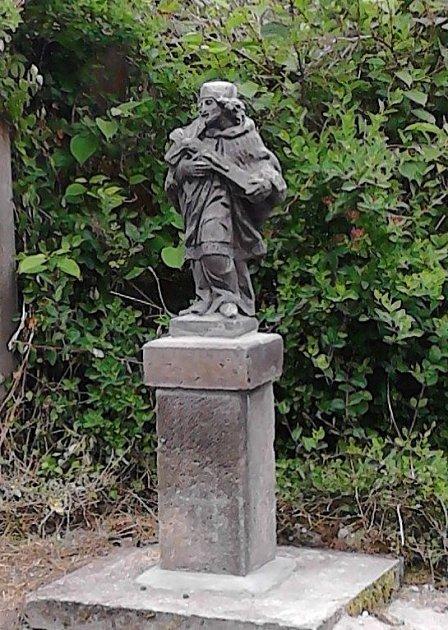 Pískovcová socha Jana Nepomuckého.