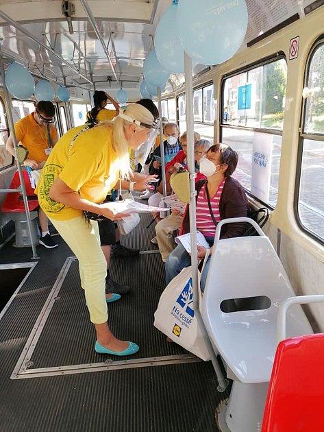 VLiberci vyjela tichá tramvaj. Cestující se učili znakovou řeč.