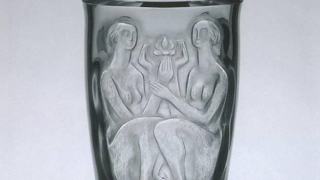 Václav Cigler, narozený v roce 1929, studoval u profesora Kaplického v letech 1951 až 1957.  Na snímku váza aneb Dvě ženy s květinou, 1958 čiré křišťálové sklo s reliéfně řezaným dekorem, broušené.