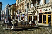 Předzahrádka restaurace La Piazza před radnicí.