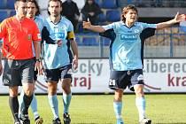 Hráči Bohemians Praha se rozčilují na rozhodčího Tomáše Adámka po odpískání pokutového kopu pro Liberec v 83. minutě sobotního zápasu. Andrej Kerič z něj potom vsítil rozhodující gól utkání.