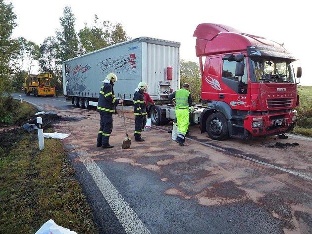 Profesionální hasiči zažili rušné ráno. Museli vytáhnout havarovaný kamion z příkopu u Mníšku, a současně se postarat o naftu, která z něj vytekla.