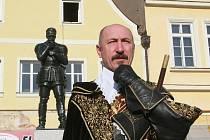 Miroslav Kněbort, dlouholetý a patrně jediný představitel vévody Albrechta, nechyběl ve Frýdlantu ani tentokrát. Otázky vzbuzoval snad jenom jeho účes. Že by vévoda zaměstnával lepší kadeřníky?