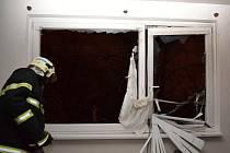 VÝBUCH. Mohutná exploze otřásla domem v ulici Na Žižkově ve středu před desátou hodinou večerní. Samotný výbuch poranil jednoho z nájemníků. Podle ředitele záchranné služby ale nejsou jeho poranění závažná. Přesto skončil popálený muž na traumacentru libe