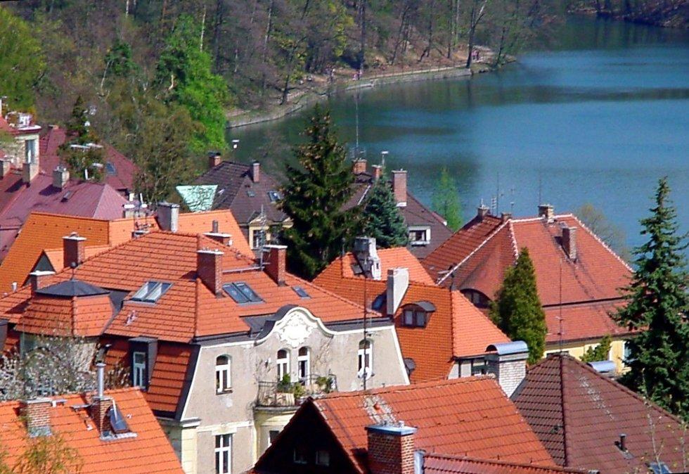 Snímek je pořízen z interny nemocnice, kde jsem byla za manželem.Zachycuje krásu  střech u hráze Liberecké přehrady,která mne okouzlila.