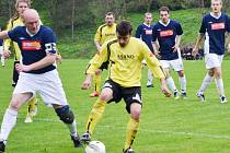 BÍLÁ SI VYCHUTNALA HRÁDEK 4:0. Na snímku je vlevo hrádecký kapitán Černohorský a vpravo domácí Václav Hauer.