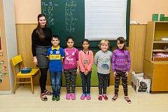 Prvňáci ze Základní školy Bulovka se fotili do projektu Naši prvňáci. Na snímku je s nimi třídní učitelka Vendula Brožová.