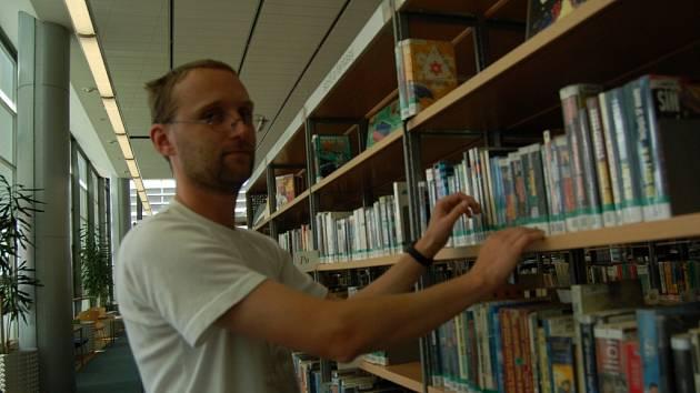 KNIHOVNÍK. Studoval literaturu a u knih zůstal.