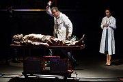 Generální zkouška černé komedie o vzniku rudé mumie, Leninovi balzamovači, proběhla 6. prosince v Malém divadle libereckého Divadla F. X. Šaldy. Premiéra bude 8. prosince. Na snímku zleva Václav Helšus jako Lenin, Zdeněk Kupka jako vědec Vlad a Veronika K