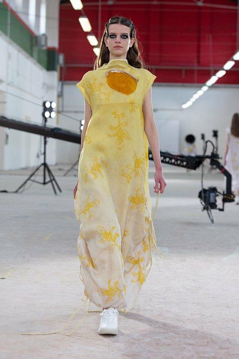Václav Černý představil modely z dámské oděvní kolekce s názvem IDENTITA, která je zaměřená na autorsky zpracované pleteniny, vycházející z identity autora.