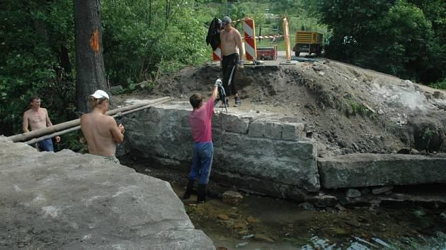 OPRAVA. Technické služby se pustily do opravy mostu v Heřmánkově ulici. Pěším doposud sloužila provizorní lávka.