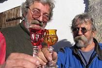 Palírníci Zdeněk Tomášek a Milan Zdeněk tvrdí, že prvotním ukazatelem kvality alkoholu je jeho cena. Levné kořalky vyráběné smícháním lihu a dochucovadel nikdy nemohou být kvalitnější než dvakrát destilovaná kořalka z ovoce.