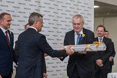 Prezident České republiky Miloš Zeman navštívil 9. května společnost Trevos v Turnově. Na snímku přebírá Miloš Zeman patnáctimiliontou vyrobenou zářivku od výrobního ředitele firmy Jiřího Opočenského.