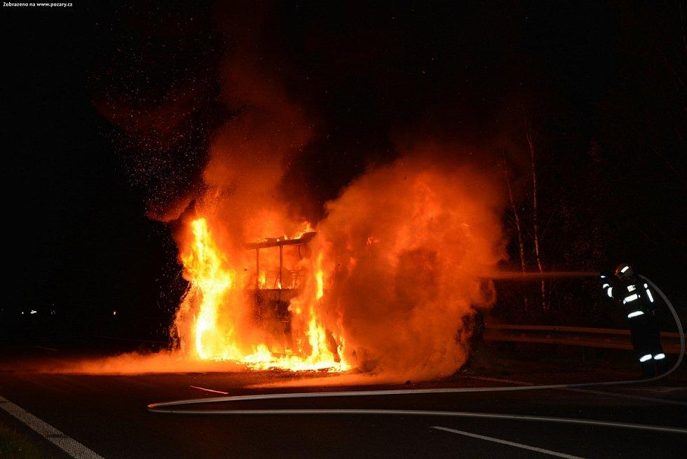Hořící autobus zablokoval na čtyři hodiny cestu z Prahy.