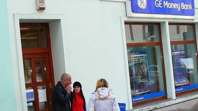 JABLONECKOU POBOČKU GE MONEY BANK přepadl za bílého dne muž v montérkách.