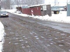 Silnice v Raspenavě připomíná spíše tankodrom.