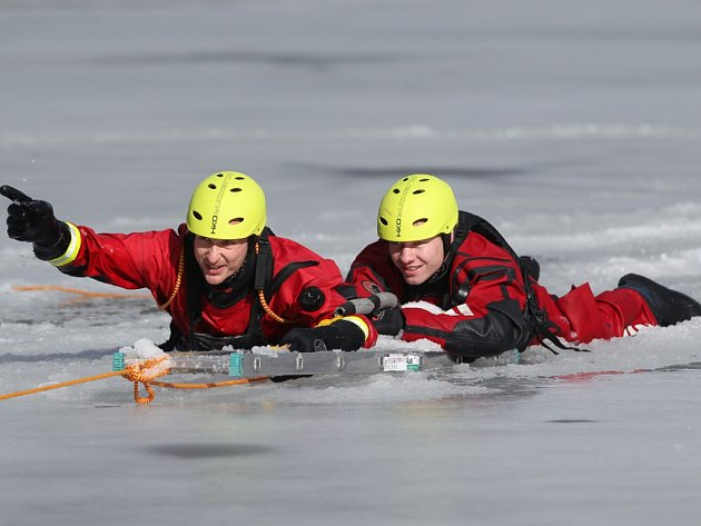 Záchranáři cvičili na rychle rozmrzajícím koupališti.