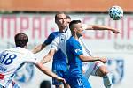 REMÍZA. Fotbalisté libereckého Slovanu uhráli plichtu 2:2 v Mladé Boleslavi. Na snímku v souboji liberecký Jakub Pešek (v popředí v modrém dresu).