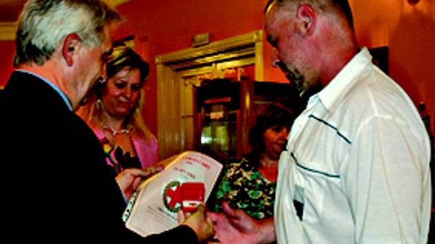VZORNÝ DÁRCE. Zlatý kříž III. stupně za 80 odběrů krve obdržel také liberečan Libor Lochovský (vpravo). Ocenění mu předal předseda výkonné rady Českého červeného kříže, Karel Veselský.