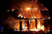 Rodinný dům v Novém Městě pod Smrkem podpálil 19. listopadu 2013 žhář.