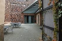 V Hrádku nad Nisou otevřeli novou knihovnu se stěnou připomínající vyrovnané knihy
