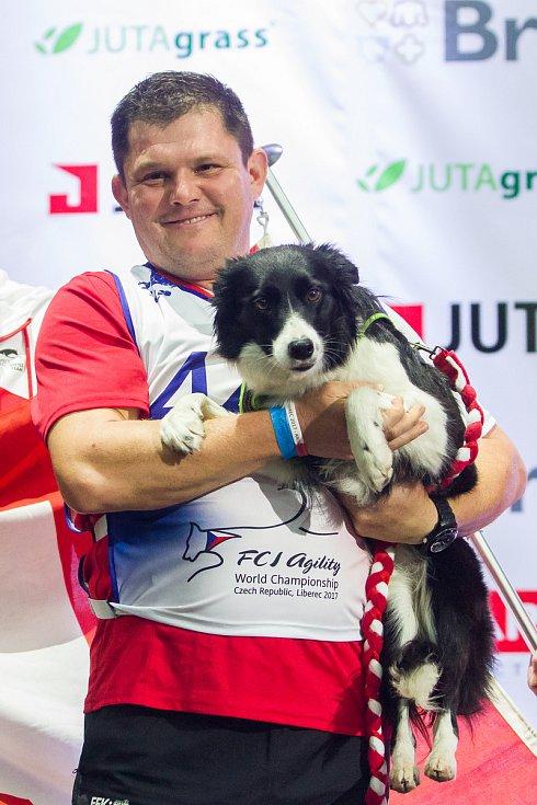 Poslední den Mistrovství světa v agility proběhl 8. října v Home Credit areně v Liberci. Na snímku je švýcarský reprezentant Martin Eberle se psem Sloane, vítěž disciplíny agility jednotlivců se středně velkými psy.