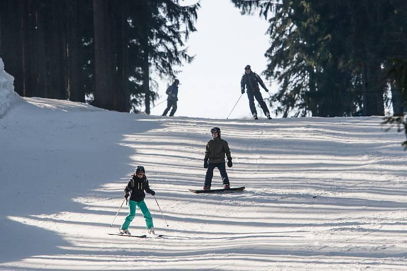 Lyžování v libereckém skiareálu Ještěd.