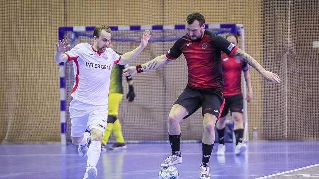 DEBAKL. Futsalisté Liberce vstoupili do play-off vysokou porážkou 2:11 v Chrudimi. Na snímku je u míče liberecký hráč Karel Vrabec.