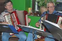 Liberečtí harmonikáři hrají na plesech, tanečních zábavách, v domovech důchodců i na různých srazech harmonikářů po celé republice i v zahraničí.