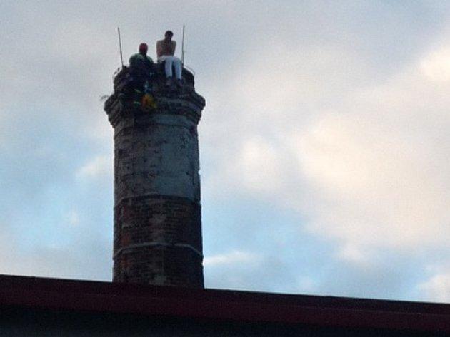 Hasičští lezci zachránili z komína muže se sebevražednými úmysly.