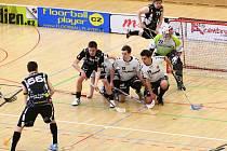LIBEREČTÍ FLORBALISTÉ (v tmavých dresech) se v dubnu zachránili v nejvyšší soutěži až v baráži. Snímek je z vítězného domácího zápasu s Hattrickem Brno.