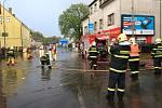 Přívalový déšť v úterý 22. dubna zaplavil v Liberci několik ulic a domů. Na snímku je pod vodou křižovatka na třídě Dr. Milady Horákové při odbočce k Babylonu. Tam hasiči odčerpávali několik desítek centimetrů vody.