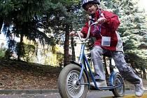 VYZKOUŠEJÍ SI SVOU ŠIKOVNOST. Na dopravním hřišti si školáci – malí cyklisté také vyzkoušejí svou šikovnost na kole. Rovněž se dozvědí, jak se bezpečně na dostanou do své školy.